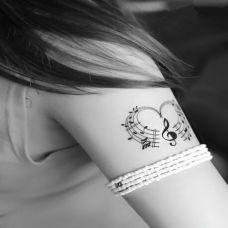 唯美黑白心形音符刺青