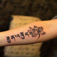 手臂梵文纹身图片素材