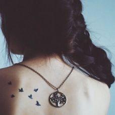 女生背部飞鸟纹身图案
