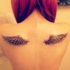 女生背部天使翅膀纹身图片