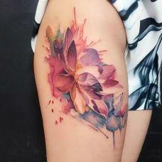 浓厚的色彩,大腿莲花泼墨水彩纹身