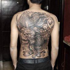 满背帅气的龙纹身图案