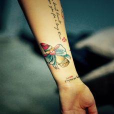 女士手臂纹身口红图片素材