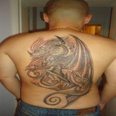 男性满背翼龙纹身