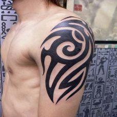 男生手臂肩部纹身图腾图片