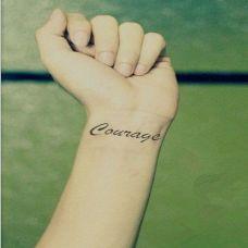 女生手腕一串英文纹身图案