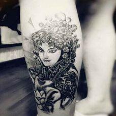 女生小腿花旦纹身图案
