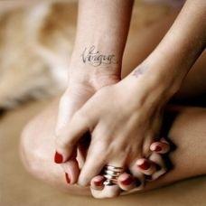 女性手腕上漂亮的英文字母纹身图案