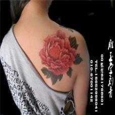 很美的女生纹身牡丹花肩图案