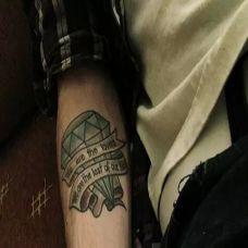 浪漫时尚的手臂纹身钻石带字图案