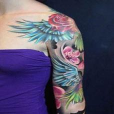 上臂纹身图案玫瑰翅膀纹身图片