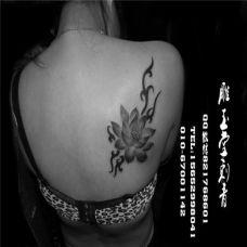 女生后肩膀莲花纹身图片