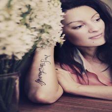 女生手臂纹身长条字母图片
