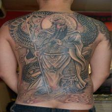 男生满背霸气的关公踏龙纹身图片
