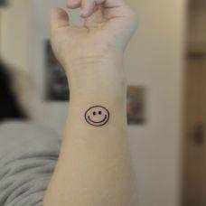 手腕笑脸纹身图案