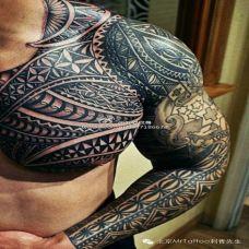 猛男霸气的半甲图腾纹身