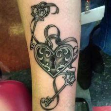 个性情侣手臂纹身锁头钥匙纹身图片