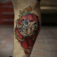 男子腿部彩绘达摩纹身图案