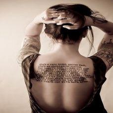 女生背部时尚英文纹身图案