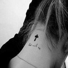 美女个性颈部小十字架纹身图案