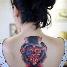 女生背部个性猩猩纹身图案