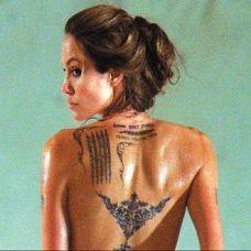 安吉丽娜朱莉背部经文纹身图片
