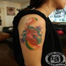 女生大臂粉色独角兽纹身图案