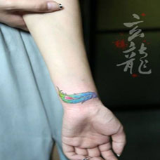 个性纹身羽毛女手腕图片