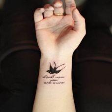 女性手臂燕子英文纹身图案