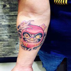 男子手臂上的达摩蛋纹身图案
