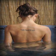 欧美女生背部流行英文纹身图案