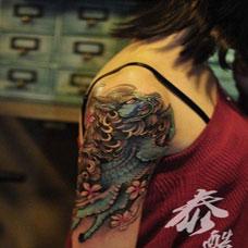 女生手臂彩色麒麟纹身图片简约时尚