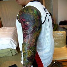 个性男生密集帅气过肩龙纹身图案