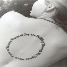 女性后背圆圈图案加英文纹身高清图片