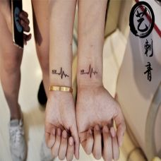 情侣手臂带字母的心电图纹身图案