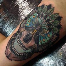 美丽的停靠,腿部oldschool风格骷髅彩绘纹身