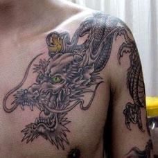 男生肩部帅气的披肩龙纹身图案欣赏