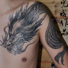 男生霸气披肩龙纹身图片大全