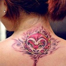 女生后颈彩色斗战胜佛纹身图案大全