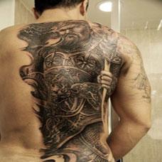 男生时尚关公背部纹身图案欣赏