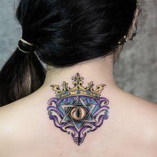 女生颈部几何纹身图案