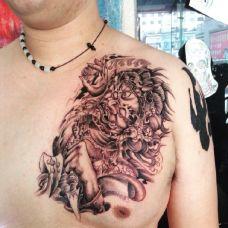 男士胸前精美的钟馗纹身图案