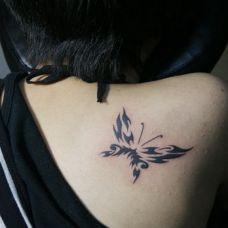 女士后肩精美蝴蝶图腾纹身欣赏