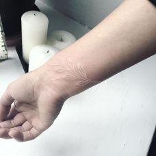 友情橄榄枝,手腕清新的白色隐形纹身