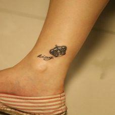 女生简单皇冠脚踝英文纹身图案