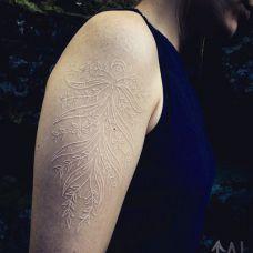 大臂花草图案鸽子血纹身效果图片