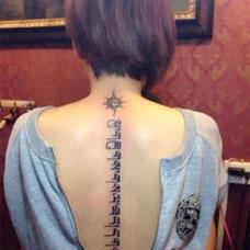 美女背部个性藏文图案纹身作品照片