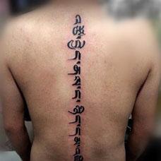 男人脊椎背部藏文纹身效果欣赏