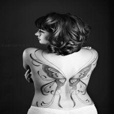 女性背部蝴蝶翅膀纹身图案欣赏