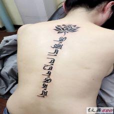 美女背部莲花和藏文纹身效果图